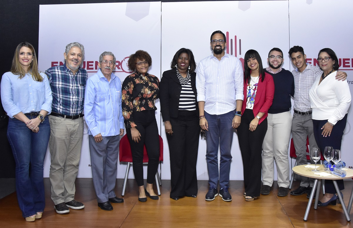 Bartolomé Pujals with the INTEC authorities Social Communication students and members of his team
