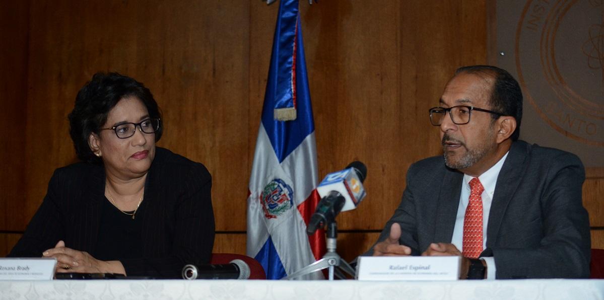 Roxana Brady decana interina del Área de Economía y Negocios del INTEC y Rafael Espinal